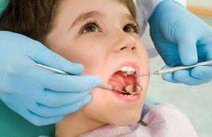 Un bambino fa una visita dal dentista odontoiatra