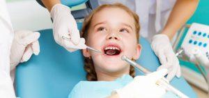 Prevenzione deI denti di una bambina in odontoiatria