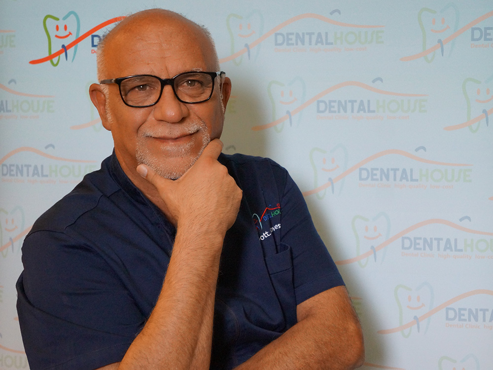 Dottor Francesco Genovese dentista alla poltrona della clinica per bambini Dental House Kids
