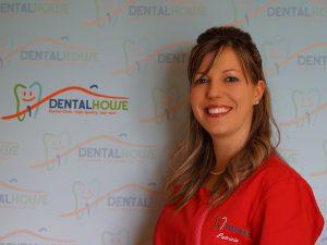 Patrizia Barbieri assistente alla poltrona della clinica per bambini Dental House Kids