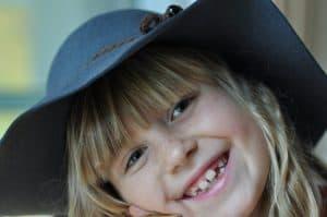 Una bambina che ride