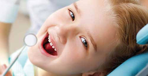Una bambina alla sua prima visita dal dentista