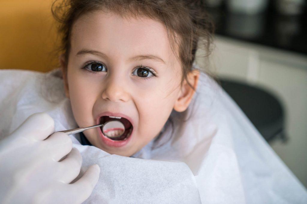 Bambina con un problema ai denti