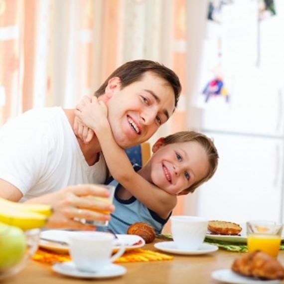Genitore e bambino fanno una dolce colazione