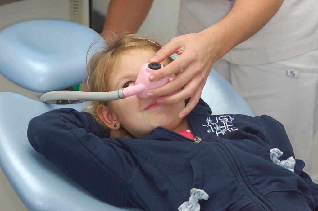 Una bambina sottoposta ad anestesia dentistica sedativa