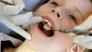 Un bambino fa la sua prima visita dal dentista