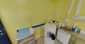Strumentazione della sala visite della clinica Dental House Kids