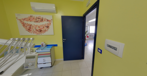 Porta sala visite della clinica Dental House Kids