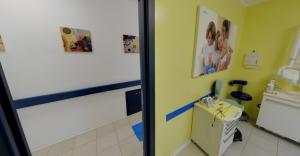 Foto porta d'uscita della sala visite della clinica Dental House Kids