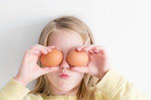 bambina con due uova