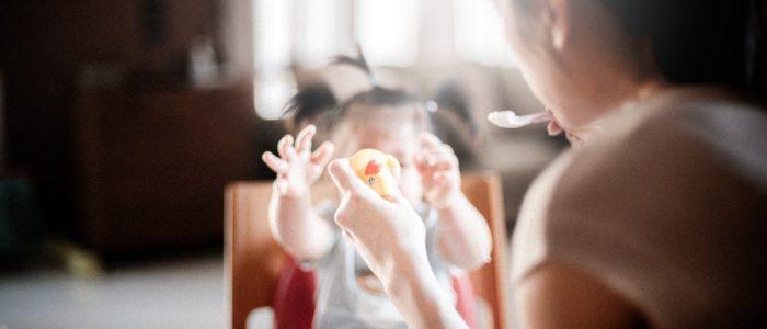 genitore imbocca il bambino